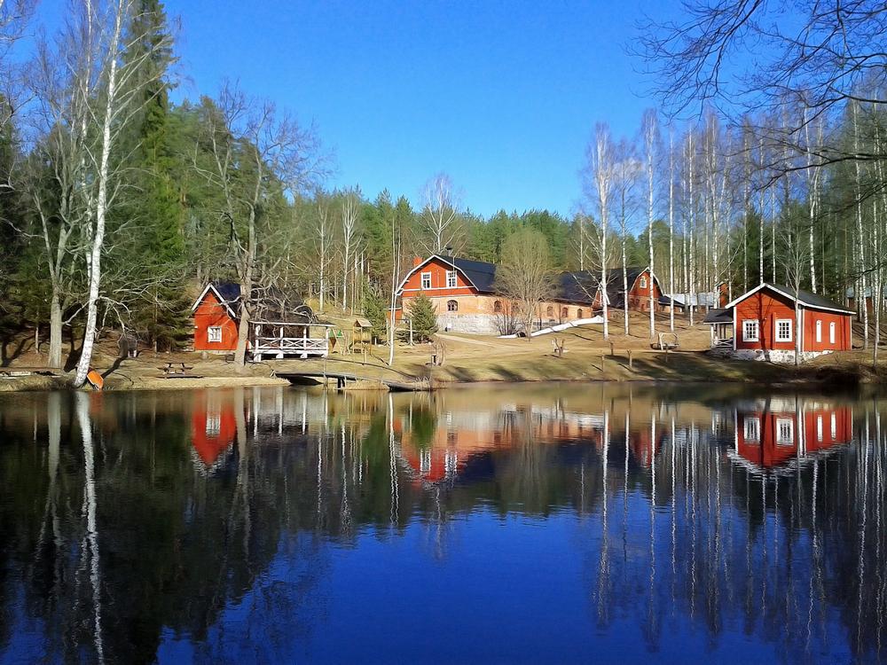Rote Ferienwohnungen in Finnland am See